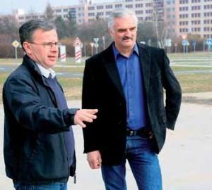 Zástupce starosty Michal Švarc (vlevo) a ředitel ZŠ Glowackého Miroslav Koranda si prohlížejí dosud nevyužité prostranství, na kterém by mělo vzniknout hřiště na pétanque