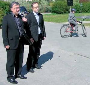Provoz hřiště slavnostně zahájil zástupce starosty Prahy 8 Michal Švarc (vlevo) a radní Martin Roubíček