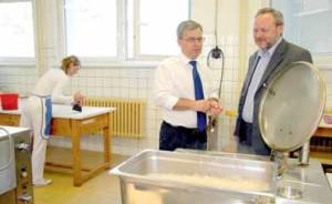 Zástupce starosty Michal Švarc (vlevo) si s ředitelem ZŠ Na Šutce Zbyňkem Drozdou prohlížejí nynější vybavení školní kuchyně